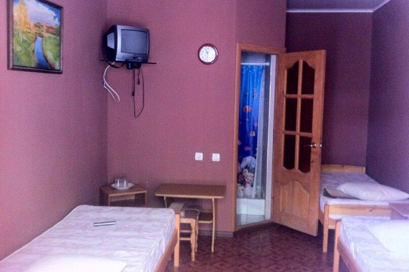 Стандартный трехместный номер с душем и санузлом, Черниговская улица, 18, Геленджик - Фотография 1