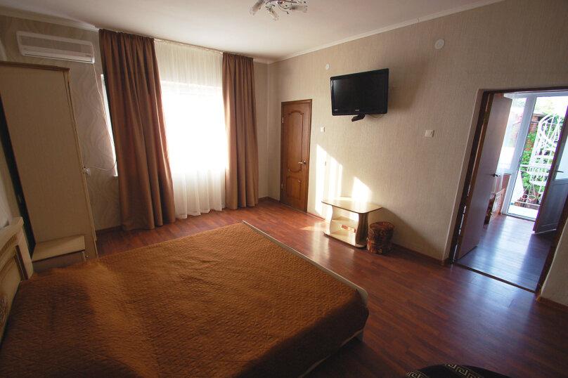 Комфортное размещение в двух смежных комнатах, с балконом, 2 этаж , улица Кирова, 9Б, Дивноморское - Фотография 2