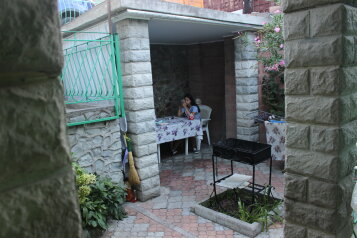 Дом 10-15минпляж, кондиционер,3комнаты 1проходная .100 кв. +стоянка,зеленый двор., 100 кв.м. на 7 человек, 2 спальни, Таврическая улица, 36, Алушта - Фотография 1