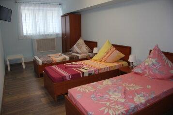 Трехместный номер с тремя односпальными кроватями:  Номер, Стандарт, 3-местный, 1-комнатный, Мини-отель, Севастопольский переулок на 6 номеров - Фотография 2
