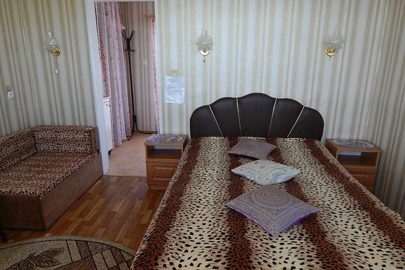 """3-х местные  апартаменты с душем/туалетом в номере, прихожей, индивидуальной кухней-террасой, видом на Море и Феодосийскую гору """"Морской Бриз"""", 3 этаж, ВИНТОВАЯ лестница, Набережная, 16, поселок Приморский, Феодосия - Фотография 1"""