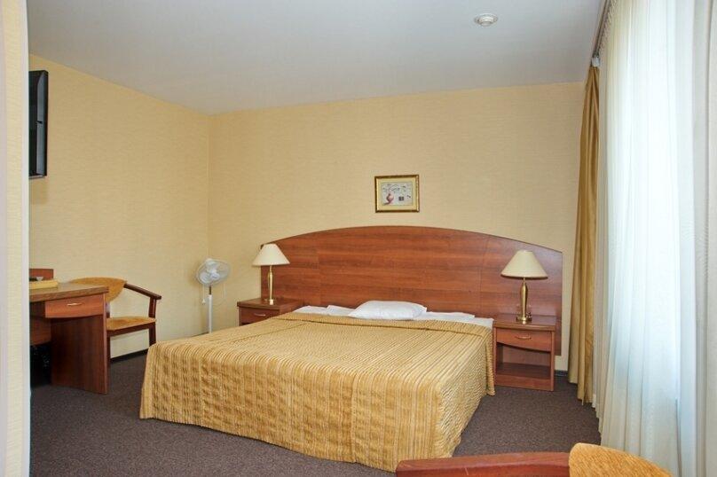 Номер первой категории с одной двуспальной кроватью, проспект Шаумяна, 26, Санкт-Петербург - Фотография 1