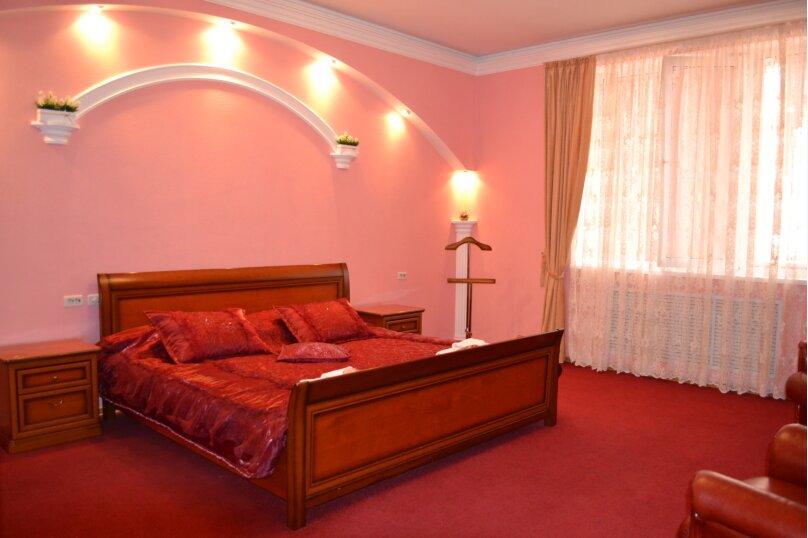 """2х комнатный Люкс с балконом и кроватью """"King-size"""", Заречная улица, 62а, Пятигорск - Фотография 1"""