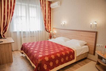 Двухместный с большой кроватью 1 категории:  Номер, Стандарт, 3-местный (2 основных + 1 доп), 1-комнатный, Гостиница, Солнечная улица, 48В на 17 номеров - Фотография 4