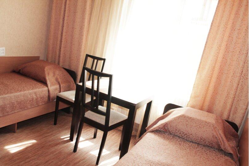 Двухместные и трехместные номера с удобствами в блоке из двух номеров, улица Тухачевского, 6, Челябинск - Фотография 1