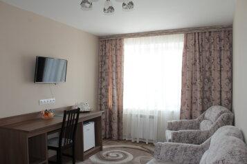 Люкс двукомнатный, двуместный:  Номер, Люкс, 2-местный, 2-комнатный, Гостиница, улица Тухачевского на 92 номера - Фотография 3