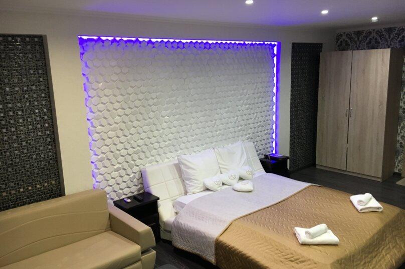 Номер полулюкс DARK #9 с оригинальным дизайном, двуспальной кроватью, диваном и собственной ванной комнатой, Красногорский бульвар, 24, Красногорск - Фотография 1