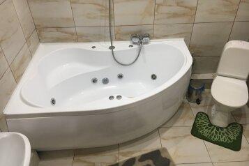 Номер полулюкс CROCUS #6 с двуспальной кроватью, джаккузи в собственной ванной комнатой:  Номер, Люкс, 3-местный (2 основных + 1 доп), 1-комнатный, Отель, Красногорский бульвар, 24 на 10 номеров - Фотография 4