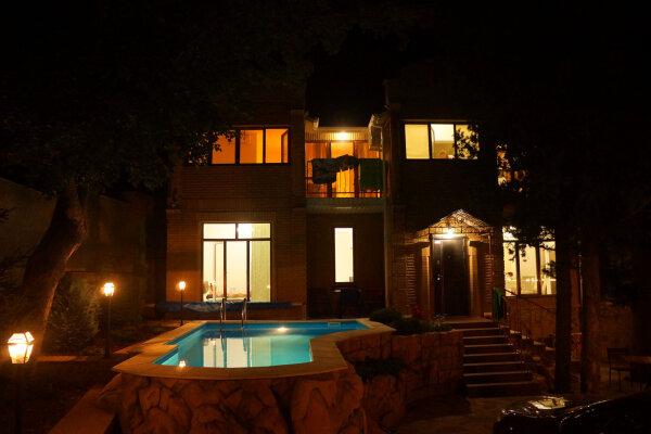 Сдам в аренду современный дом с бассейном, Ялта, 184 кв.м. на 8 человек, 3 спальни, Алупкинское шоссе, 83, Гаспра - Фотография 1
