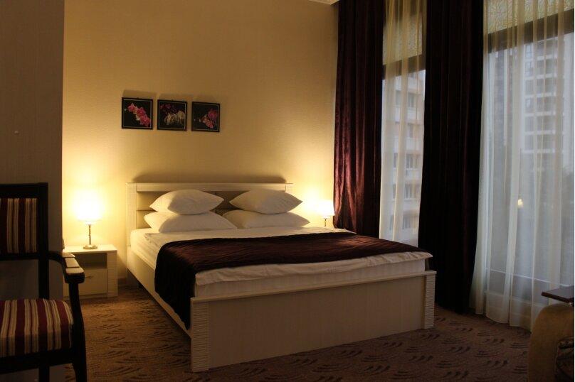 Комфорт трехместный с двухспальной кроватью и раскладным диваном, Тоннельная улица, 23Б, Завокзальный район, Сочи - Фотография 1