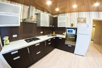 2-комн. квартира, 70 кв.м. на 6 человек, улица Степана Разина, Саратов - Фотография 1