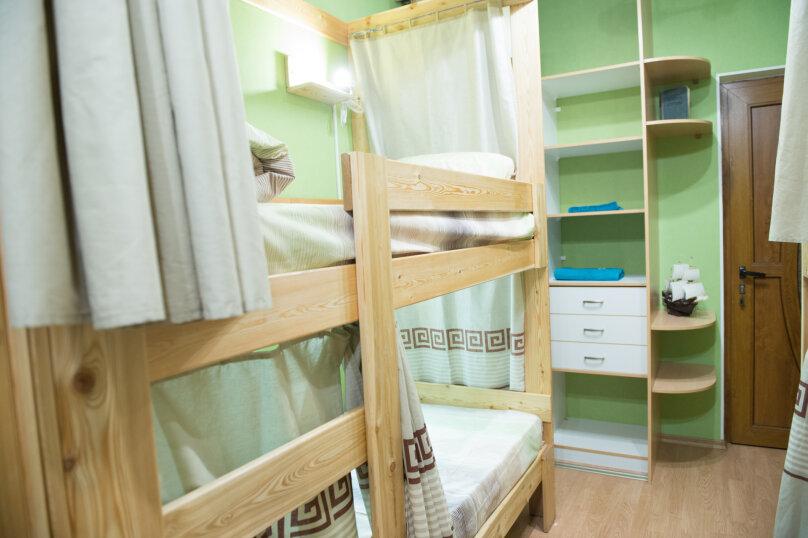 Спальное место на двухъярусной кровати в общем номере для мужчин на 6 человек, Базовская, 18, Краснодар - Фотография 1