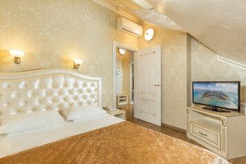 Люкс без балкона:  Номер, Люкс, 4-местный (2 основных + 2 доп), 2-комнатный, Отель, Гребенская улица, 11 на 18 номеров - Фотография 2