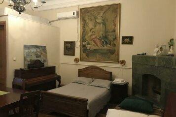 Роскошный четырехместный номер с допкроватью(люкс):  Номер, Люкс, 5-местный (4 основных + 1 доп), 1-комнатный, Gutsa Artists Guest House, улица Мераба Костава, 12 на 8 номеров - Фотография 3
