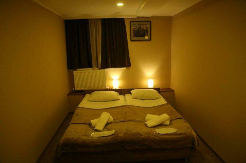 Номер с кроватью размера «king-size» , улица Мераба Костава, 47, Тбилиси - Фотография 1