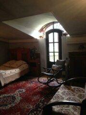 Двухместный номер Делюкс с 1 кроватью и балконом:  Номер, Полулюкс, 2-местный, 2-комнатный, Гостевой дом Lia's в центре Тбилиси, улица Арсена Дзелашвили на 3 номера - Фотография 3