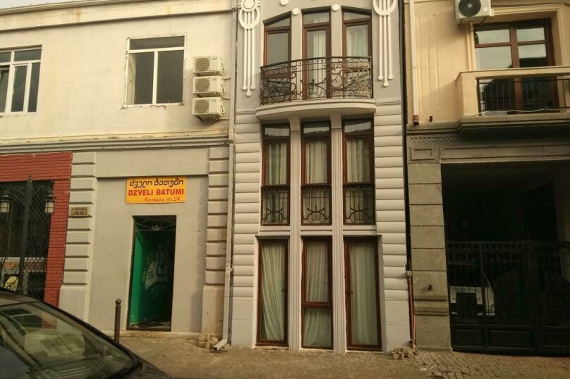 "Гостевой дом ""Dzveli Batumi"", улица Мераба Костава, 24 на 18 комнат - Фотография 1"