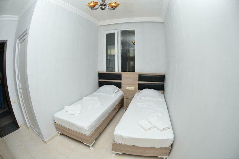 Бюджетный двухместный номер с 2 отдельными кроватями , улица Палавандишвили, 8, Батуми - Фотография 1