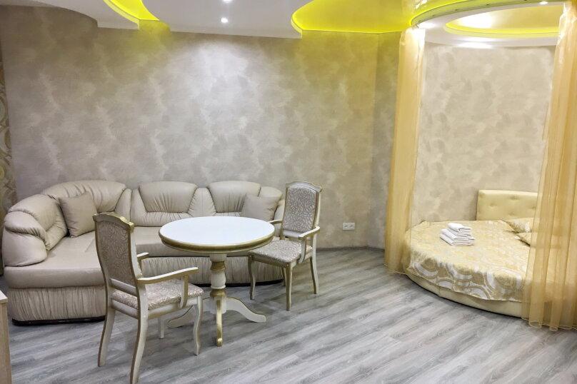 Улучшенный номер MANGO #3 студио с круглой двуспальной кроватью, угловым диваном и собственной ванной комнатой, Красногорский бульвар, 24, Красногорск - Фотография 1