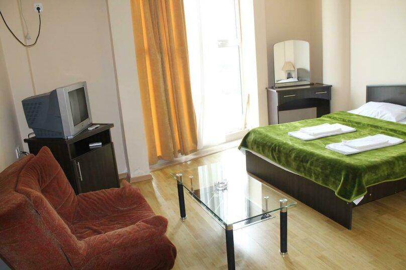 Стандартный двухместный номер с одной двуспальной кроватью, улица Табидзе, 4, Батуми - Фотография 1