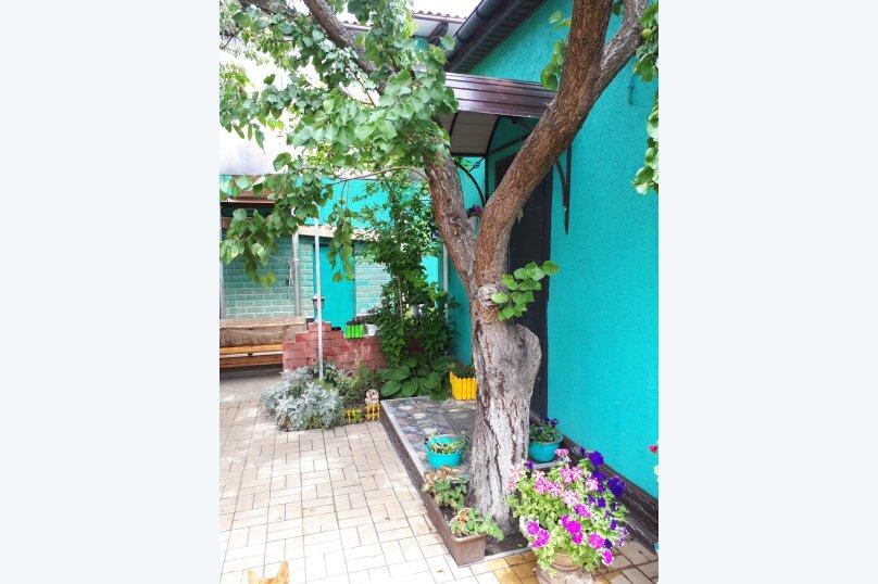 """Гостевой дом """"Уютный дворик"""", Пляжная улица, 17А на 3 комнаты - Фотография 2"""