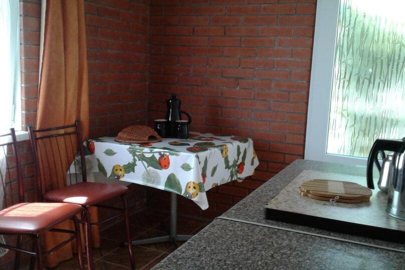 2 отдельных номера(один номер на 3-4 человека) со своей кухней на втором этаже., улица Шершнёва, 5, Коктебель - Фотография 2