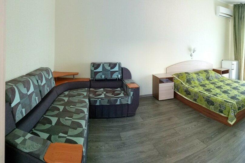 Трехместный номер с диваном, улица Ленина, 21, Морское - Фотография 1