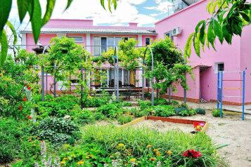 """Гостевой дом """"Розовый фламинго"""", улица Анджиевского, 4 на 7 комнат - Фотография 1"""