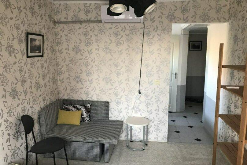 """Номер на 2 этаже (люкс) с отдельной кухней и балконом, """"Чёрно-белый"""", Юго-Западная улица, 21, Судак - Фотография 1"""
