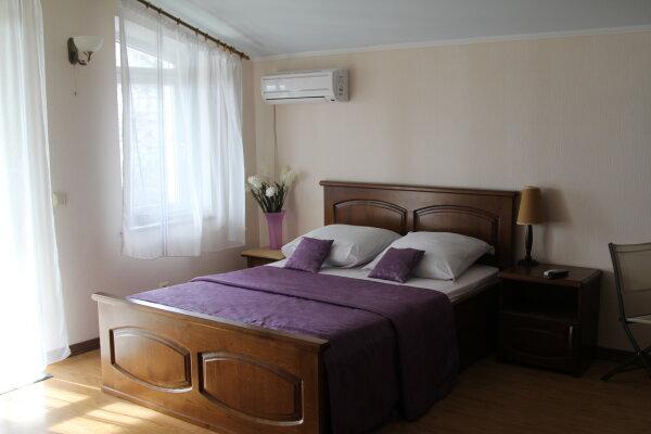 Квартиры в частном доме, улица Водовозовых, 8 на 6 номеров - Фотография 1
