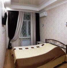 2-комн. квартира, 70 кв.м. на 7 человек, Большая Морская, 3, Севастополь - Фотография 1