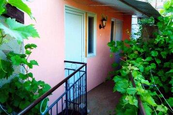 Люкс на втором этаже:  Номер, Люкс, 3-местный, 1-комнатный, Гостевой дом, Подгорная улица, 10-О на 5 номеров - Фотография 3