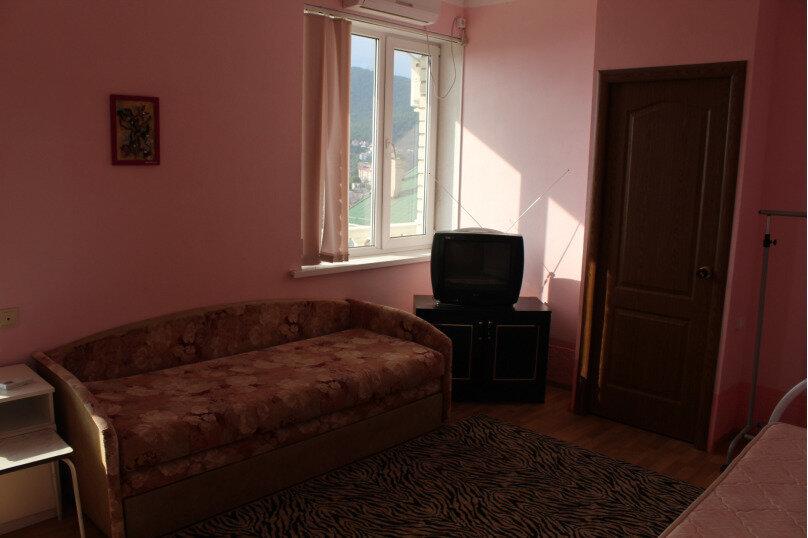 Трехместный номер с балконом, улица Моряков, 5Б, Лазаревское - Фотография 1