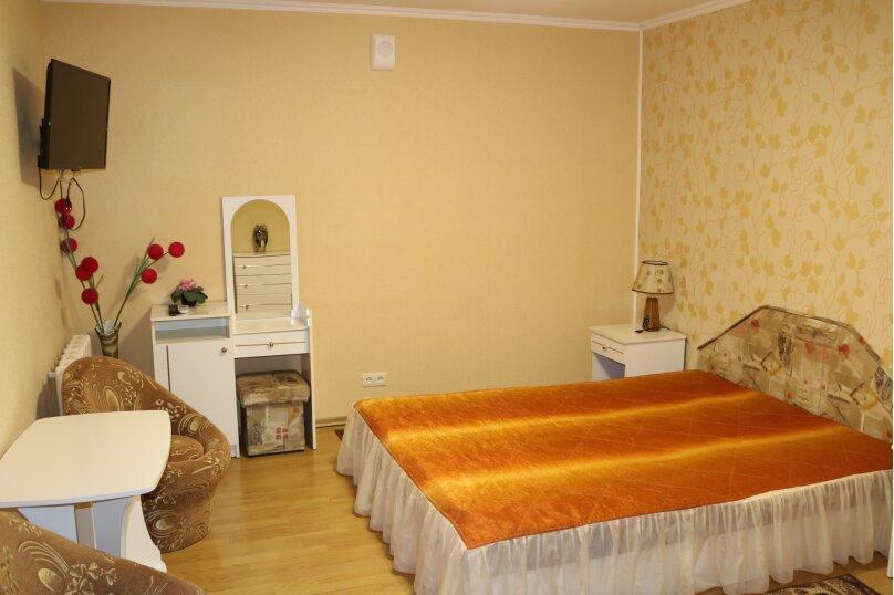 Двухместный  однокомнатный номер со всеми удобствами с одной двухспальной кроватью, 8 Марта, 3, Феодосия - Фотография 1
