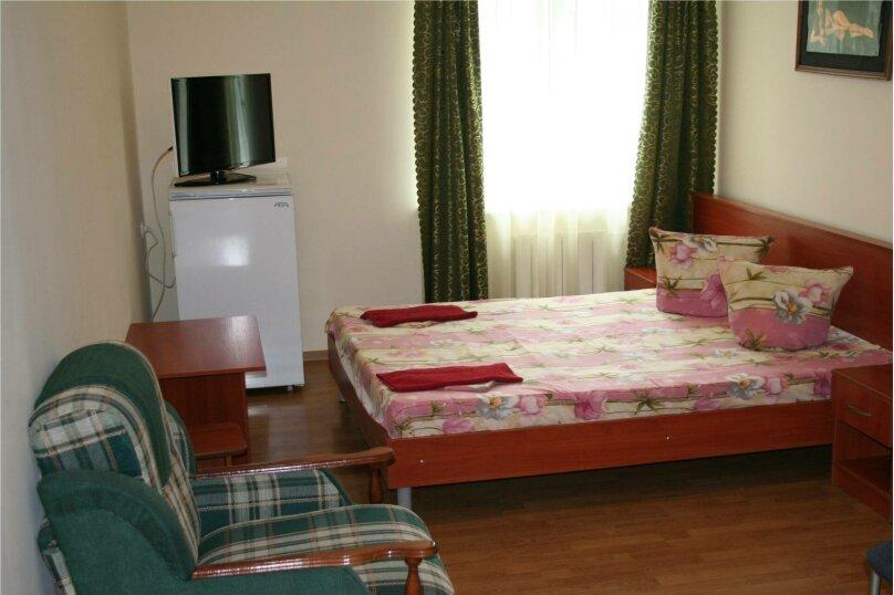 3.3, 3.5 Стандарт 2-х местный с двуспальной кроватью и доп.местом , улица Циолковского, 42, Геленджик - Фотография 1
