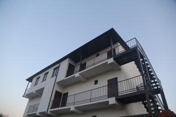 Апарт-отель, улица Галины Петровой, 31В на 13 номеров - Фотография 1