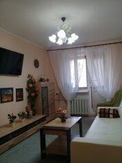 2-комн. квартира, 52 кв.м. на 6 человек, проспект Ленина, 52, Евпатория - Фотография 1