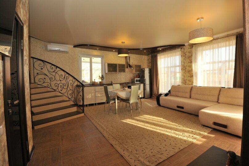 Дом для комфортного проживания, 120 кв.м. на 6 человек, 2 спальни, Советская улица, 66, Голубицкая - Фотография 1