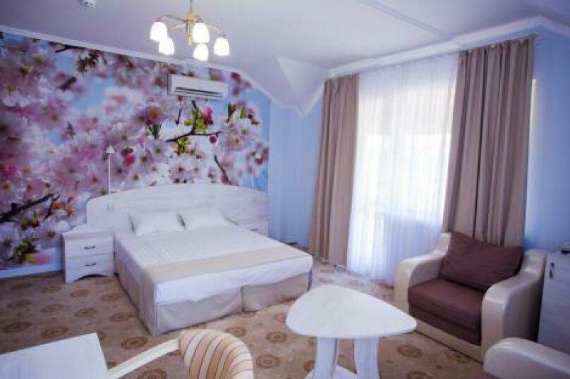 Полулюкс (1,2,3,4 этаж), улица Луначарского, 133, Геленджик - Фотография 1