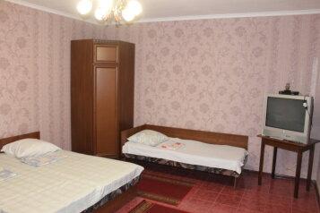 Номер на первом этаже с кухней (кухня в номере):  Номер, 4-местный, Гостевой дом, улица Гоголя на 4 номера - Фотография 2