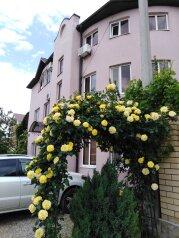Гостевой дом в начале частного сектора в Витязево, Центральная улица на 20 номеров - Фотография 1
