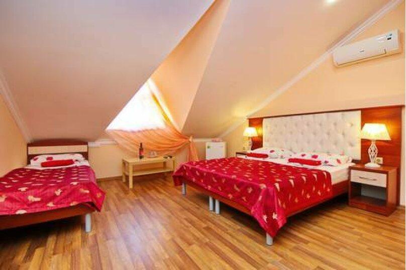 2- комнатный номер с удобствами  на 4 этаже мансарда, Партизанская улица, 58А, Кабардинка - Фотография 1