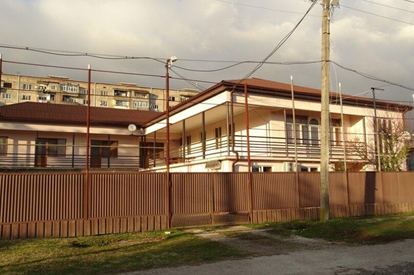 """Гостевой дом """"Киараз"""", Очамчирская улица, 116 на 4 комнаты - Фотография 1"""