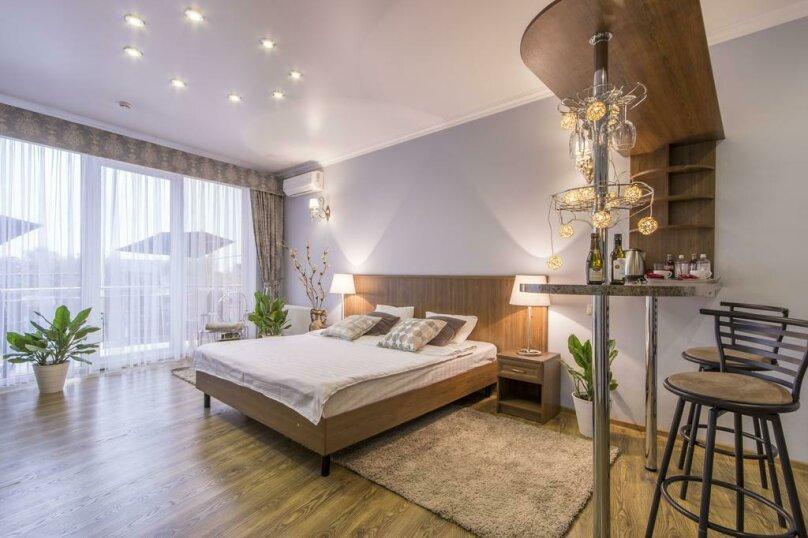 """Люкс с кроватью размера """"king-size"""" и балкон, Минская улица, 64, Краснодар - Фотография 1"""