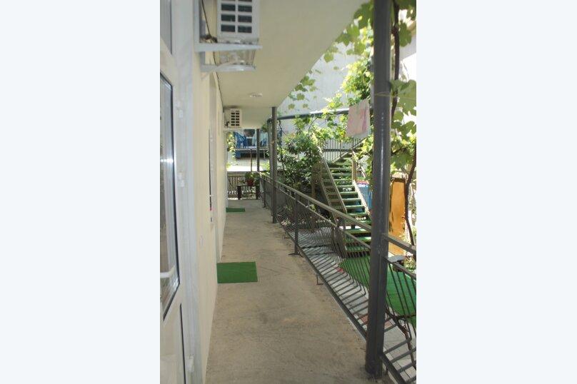 3-хместный номер с общим балконом на 1-ом этаже (в номере душ, туалет, кондиционер, телевизор, холодильник), улица Ленина, 221/12, Адлер - Фотография 13