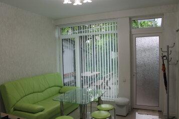Дом из 2х комнат, 55 кв.м. на 7 человек, 1 спальня, улица Вити Коробкова, 46, Евпатория - Фотография 1