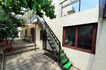 Гостевой дом  в частном секторе, Виноградная улица, 2 на 7 номеров - Фотография 1