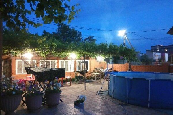 Гостевой дом в Витязево, улица Толстого, 35 на 16 номеров - Фотография 1