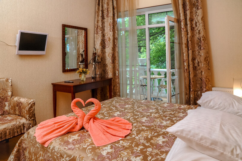 Де-Люкс кровать Kingsize 2-х местный с балконом Камелот -2, улица Шевченко, 12, Геленджик - Фотография 1