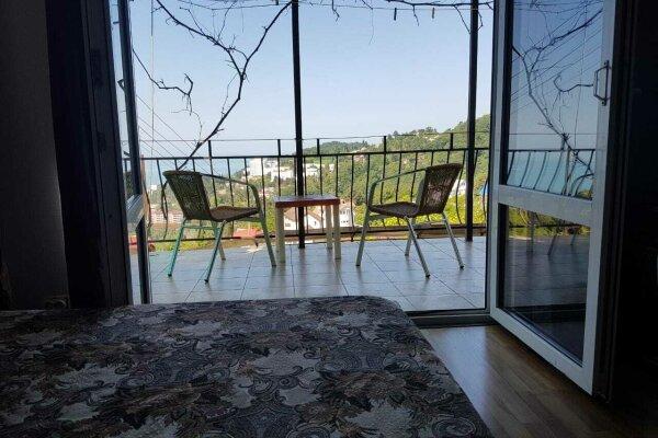 Комнаты в гостевом домике с видом на море и горы, улица Володарского, 3 на 2 номера - Фотография 1